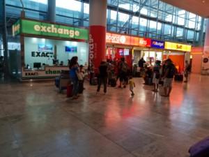 Warteschlangen bei Autovermietungen am Flughafen Alicante