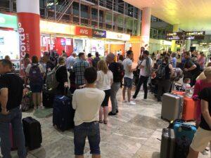 colas en el mostrador de alquiler de coches en el aeropuerto de Alicante